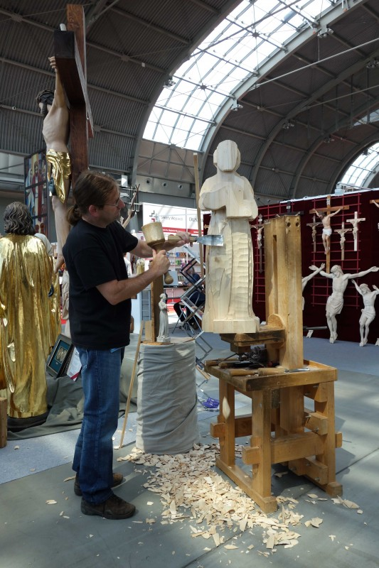 SacroExpo 2015 - pokaz rzeźbienia w drewnie