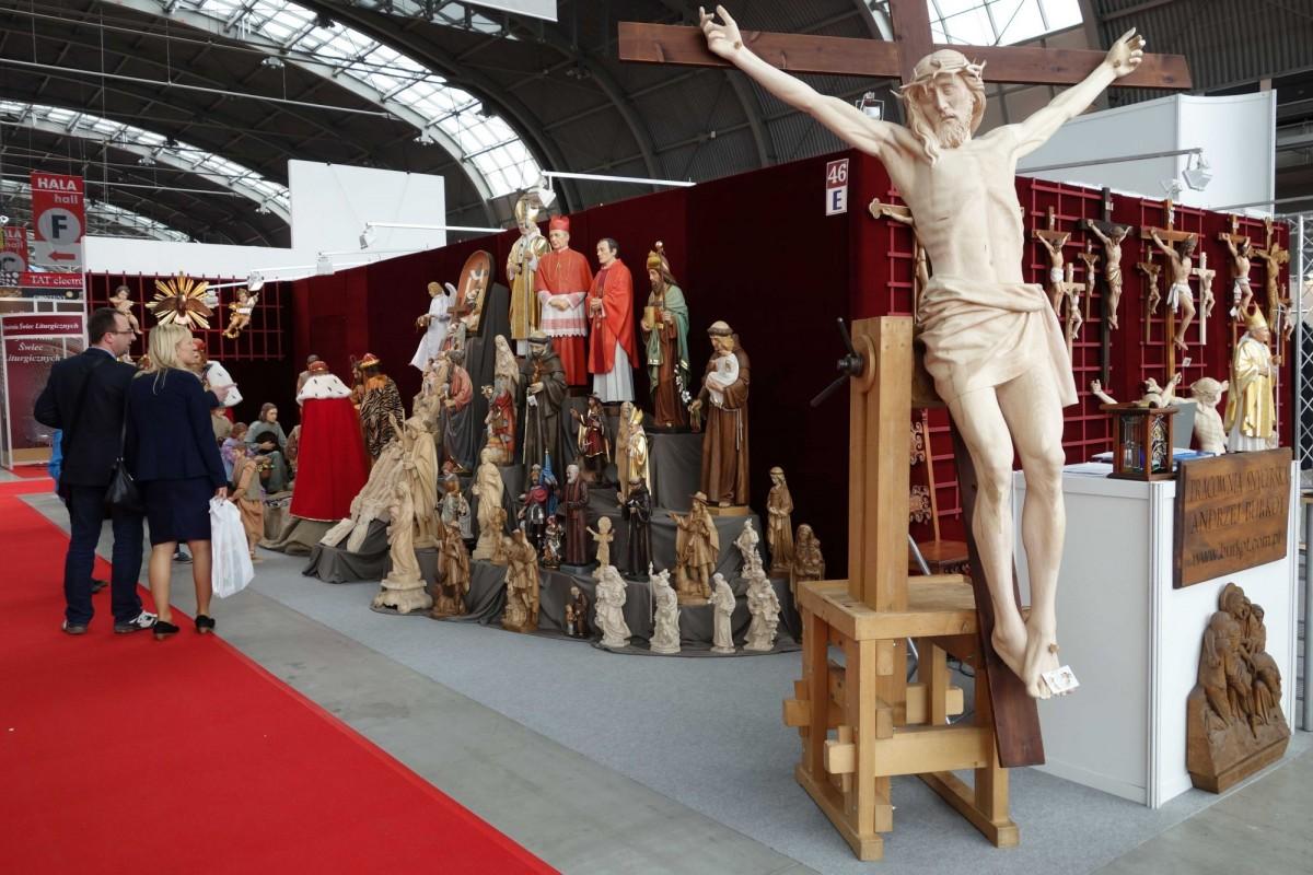 SacroExpo 2015 - drewniany krucyfiks ołtarzowy na ścianę