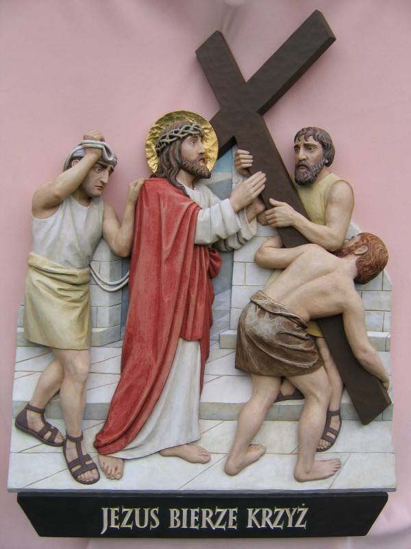 Stacja drogi krzyżowej  - Jezus niesie krzyż - płaskorzeźba w drewnie