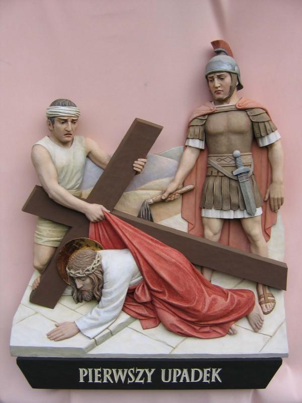 Stacja drogi krzyżowej  - pierwszy upadek - płaskorzeźba w drewnie