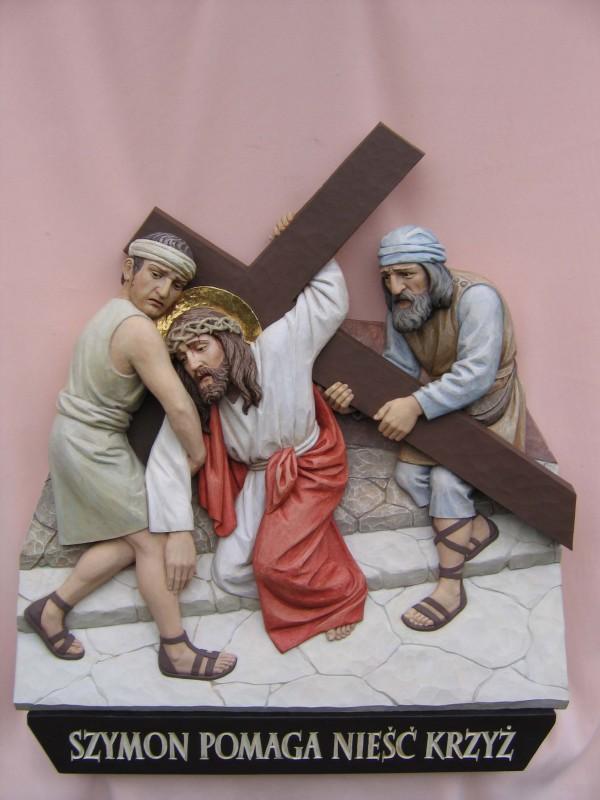 Stacja drogi krzyżowej  - Szymon z Cyreny pomaga nieść krzyż Jezusowi - płaskorzeźba w drewnie