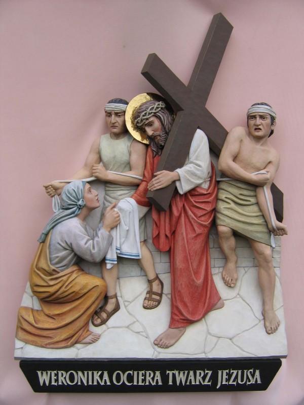 Stacja drogi krzyżowej - Święta Weronika ociera twarz Panu Jezusowi - płaskorzeźba w drewnie