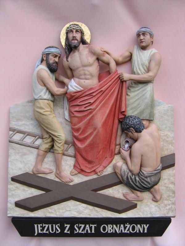 Stacja drogi krzyżowej  - Jezus z szat obnażony - płaskorzeźba w drewnie