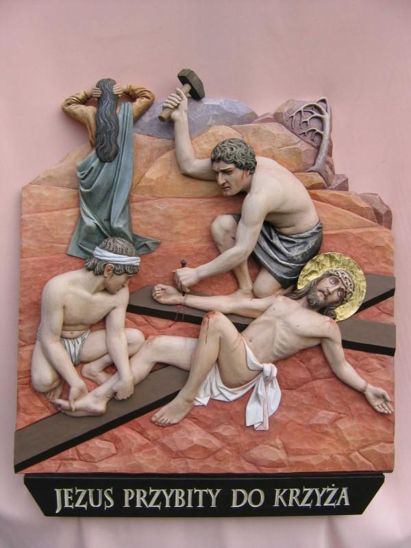 Stacja drogi krzyżowej - Jezus przybity do krzyża - płaskorzeźba w drewnie