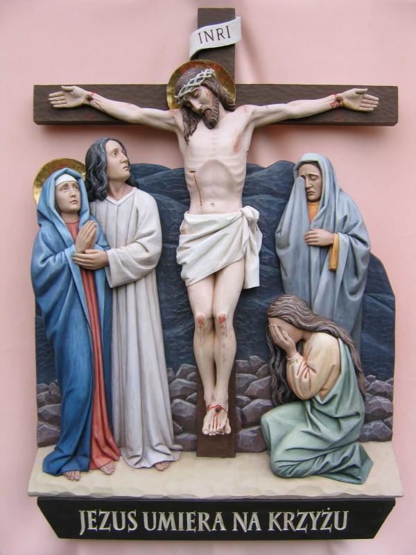 Stacja drogi krzyżowej - Jezus umiera na krzyżu - płaskorzeźba w drewnie