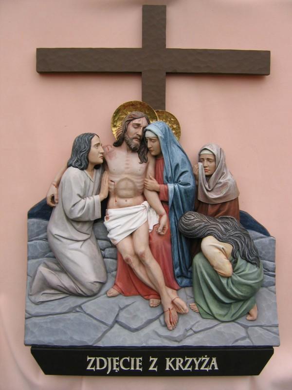 Stacja drogi krzyżowej - zdjęcie z krzyża - płaskorzeźba w drewnie