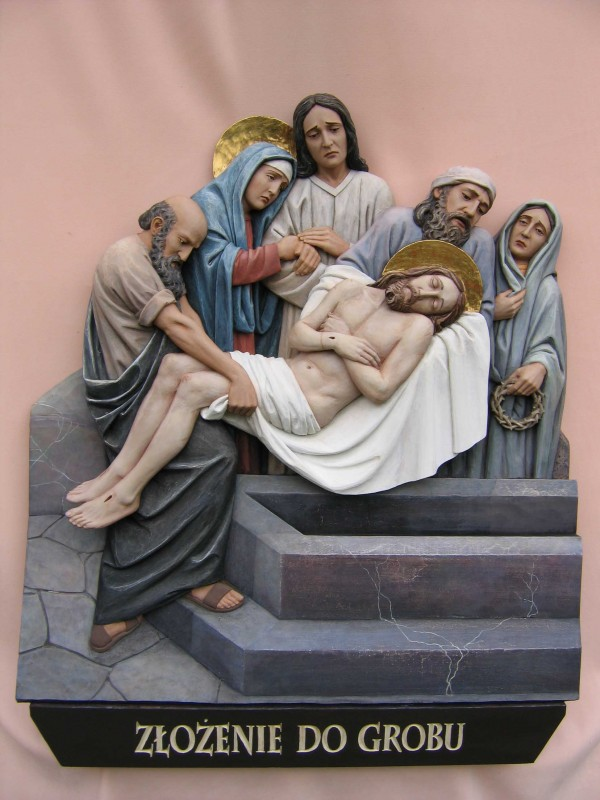 Stacja drogi krzyżowej - Jezus złożony do grobu - płaskorzeźba w drewnie