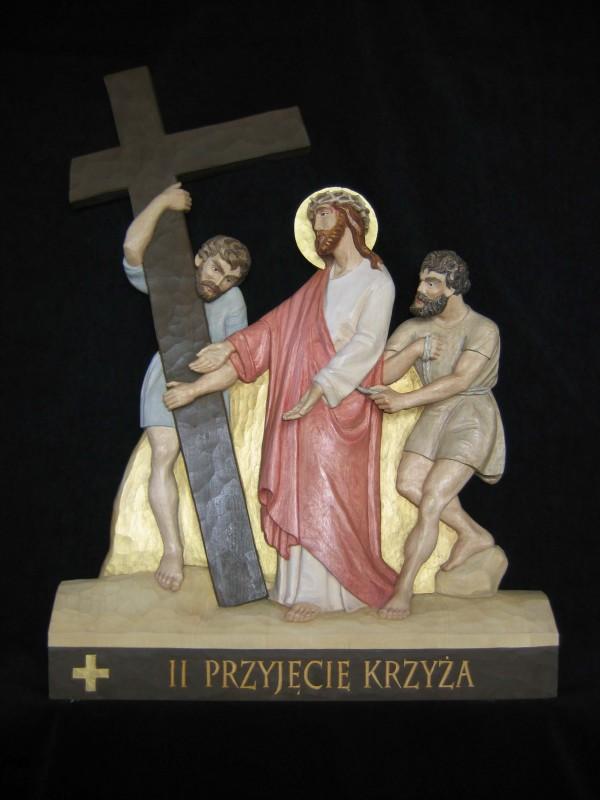 II stacja drogi krzyżowej  - Jezus bierze krzyż na swoje ramiona - płaskorzeźba, rzeźba, figura w drewnie