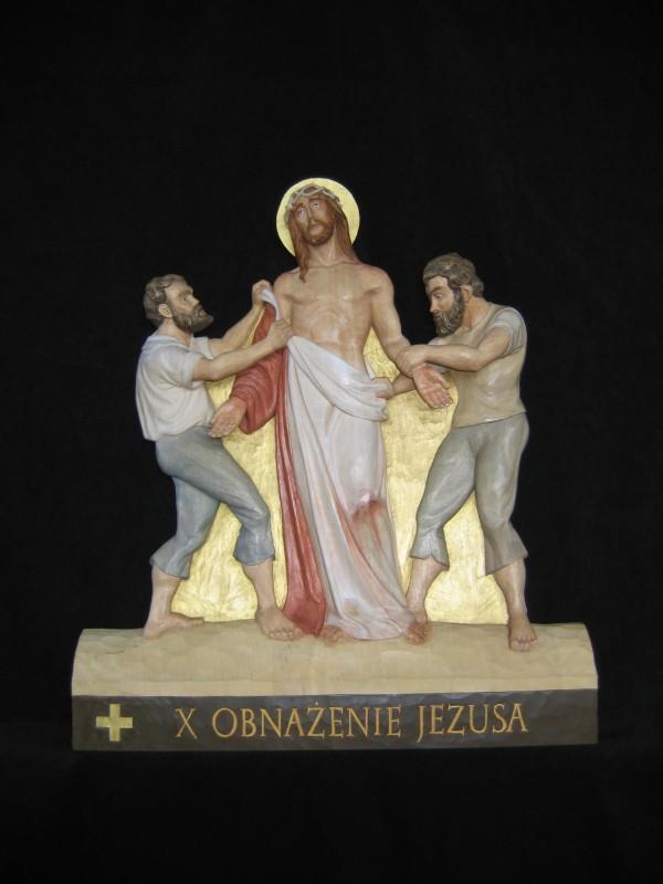 X stacja drogi krzyżowej  - Jezus z szat obnażony - płaskorzeźba, rzeźba, figura w drewnie