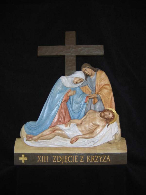 XIII stacja drogi krzyżowej - Jezus zdjęty z krzyża - płaskorzeźba, rzeźba, figura w drewnie
