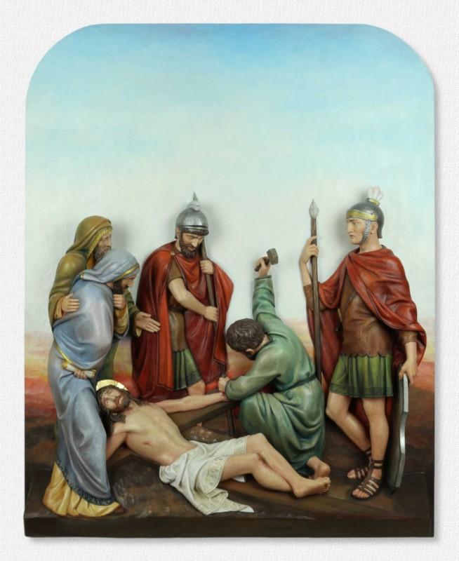 Stacje Drogi Krzyżowej - Stacja 11 - Jezus przybity do krzyża - rzeźba sceny