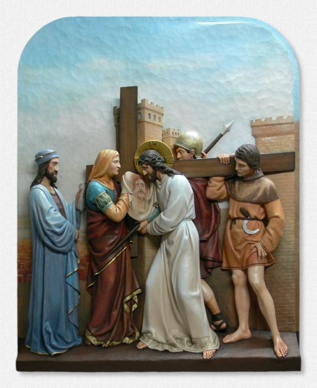 Stacje Drogi Krzyżowej - Stacja 6 - Święta Weronika ociera twarz Jezusowi - figury drewniane